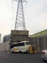 Başakşehir'de servis minibüsü duvara çarptı