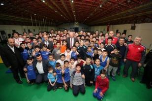 Başkan Uysal, Güreşçileri ziyaret etti