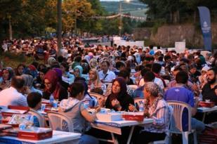 7 Bin kişi aynı sofrada iftar açtı