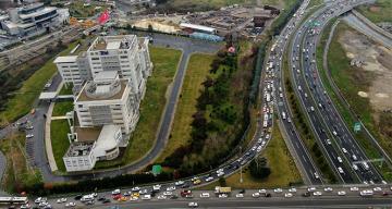 Bitmeyen metro inşaatı trafiği felç etti, kilometrelerce kuyruk oluştu
