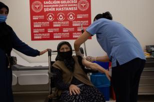 Tekerlekli Sandalyeyle 3,cü doz aşısını olmaya geldi